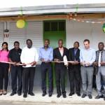 Avajaistilaisuudessa oli mukana useita Kirkon Ulkomaanavun paikallisia kumppaneita, paikallisia viranomaisia, paikallisyhteisön jäseniä, opettajia, oppilaita ja Haitin opetusministeriön edustajia. Kuva: René Lefebvre.