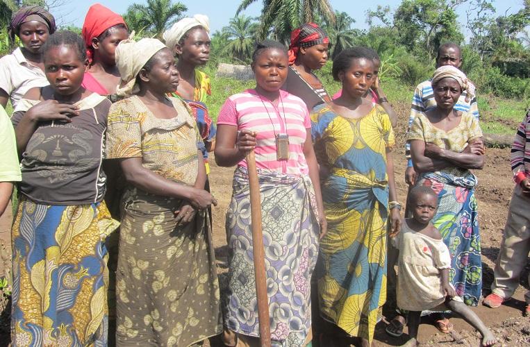 Maatalouden harjoittamiseen ja  Kongon Pingassa tukea saavia naisia kokoontui tapaamaan Ulkomaanavun työntekijöitä viime viikolla. Apu loppuu kehitysyhteistyöleikkausten vuoksi ensi vuonna. Kuva: Leena Lindqvist