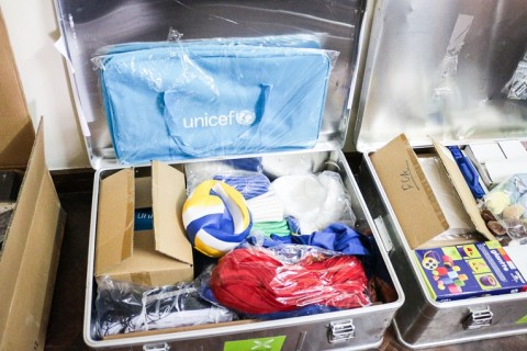 Kouluille jaettavat Unicefin materiaalipaketit on pakattu tukeviin metallilaatikoihin. Kirkon Ulkomaanavun vastuulla on pakettien toimittaminen kouluun ja orientoiminen välineiden käyttöön.