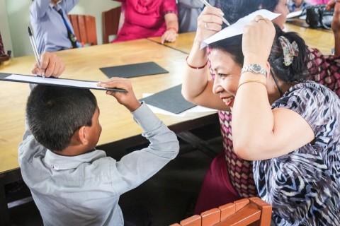 Oppilailla ja opettajilla on molemmilla hauskaa, kun he tekevät Juha Vallan vetämiä harjoituksia.