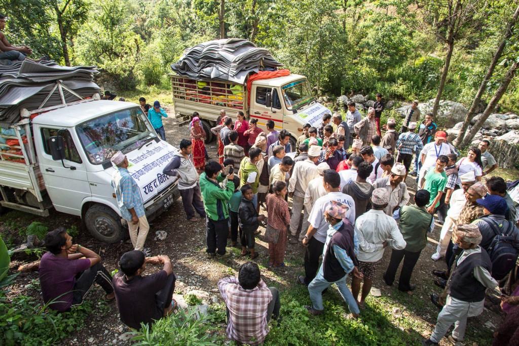 Avustustarvikkeita jaettiin Nepalissa toukokuun alussa. Polttoainekriisi vaikeuttaa nyt erityisesti syrjäseuduille pääsemistä. Kuva: Antti Helin