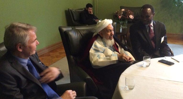 Ulkoministerin erityisedustaja Pekka Haavisto, maailman johtaviin kuuluva islamin uskonoppinut Shaykh Abdullah bin Mahfudh ibn Bayyah ja Ulkomaanaavun rauhanverkoston asiantuntija Mohamed Elsanousi lehdistötilaisuudessa Kansalliset Dialogit -konferenssissa maanantaina.