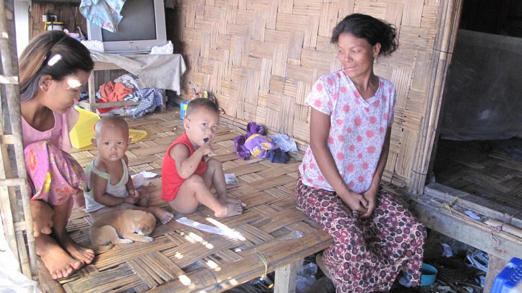 Than Than Nun viisihenkinen perhe asuu yhden huoneen asunnossa pakolaisleirillä viidettä vuotta.