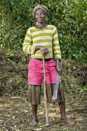"""""""Ebolan aikaan elämä oli vaikeaa, mieheni sairastui ebolaan ja kuoli. Nyt minulla ei ole mitään"""", kertoo Kpendekorin kylän puhenainen Satta Dargor, 45. Kuuden lapsen äidillä on neljä lastenlasta. Dargarin toiveissa on, että oman pellon satoa myymällä hän pystyisi auttamaan omien lasten ja lastenlasten koulunkäynnissä. Kuva: Ville Palonen."""