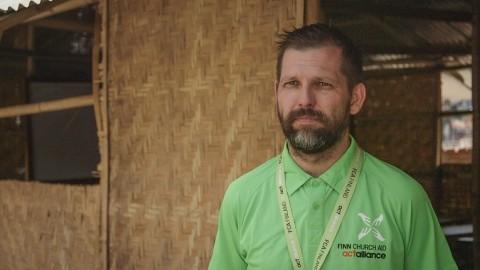 """""""Oppilaat ja opettajat tietävät bambusta rakennetut koulutilat turvallisiksi. Kun maanjäristyksen jälkeen oli pitkään jälkijäristyksiä, oppilaat eivät rynnänneet ulos bambuluokista"""", kertoo Kirkon Ulkomaanavun opetusalan asiantuntija Juha Valta."""