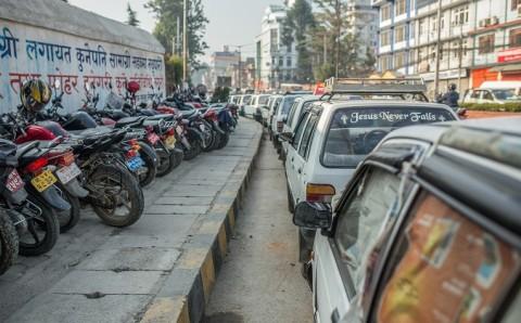 Bensajono Katmandussa. Jakelu alkaa yleensä iltaisin, mutta usein bensaa ei riitä kaikille jonossa oleville. Silloin ajoneuvo jää jonoon seuraavaan tai sitäkin seuraavaan päivään.