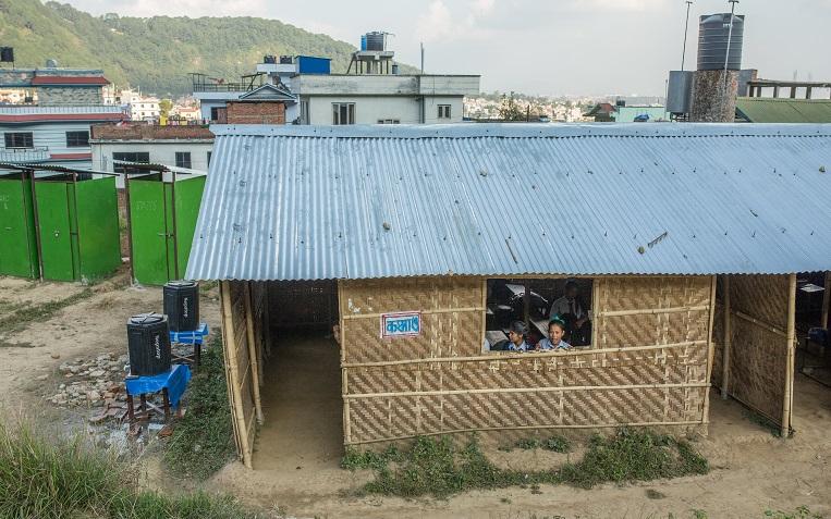 Bal Bikasin koulu Katmandun laitamilla. Kirkon Ulkomaanapu on rakentanut Nepaliin väliaikaisia koulutiloja, jotta koulunkäynti voi jatkua, vaikka koulurakennukset ovat tuhoutuneet tai vaurioituneet.