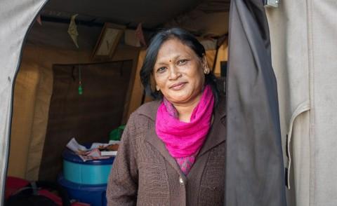 """Teltta opettajainhuoneena. """"En vielä tiedä, mistä saan rahat kouluni jälleenrakentamiseen. Tämä on elämäni haastavin tilanne"""", sanoo pääkaupungin Katmandun laidalla sijaitsevan Bal Bikasin koulun rehtori Mayia Malla."""