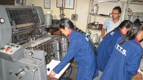 Kirkon Ulkomaanapu tukee erityisesti naisten ammatillista koulutusta. Ransu Thapa Magar valmistelee painokonetta tuleviin painotöihin.