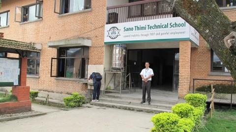 Rehtori Dhungana on ylpeä Sano Thimin teknillisestä oppilaitoksessa, jolla on tiiviit yhteyden työelämään.