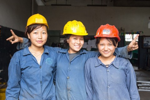 Nepalilaista naisenergiaa! Pabitra Rai, Rita Balampaki ja Rubina Sunuwar ovat valmistuneet metallityöntekijöiksi Ulkomaanavun tukemasta ammattikoulusta.