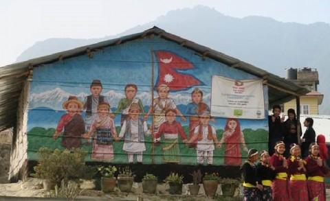 Jälleenrakennus tulee viemään aikaa, joten väliaikaistenkin koulutilojen tulee kestää monta vuotta ennen kuin kaikki maanjäristyksessä tuhoutuneet 4000 koulua on rakennettu. Maalaamalla bambuseinät tai suojaamalla ne aaltopeltilevyillä ne kestävät pidempään. Kuva: Johanna Arponen