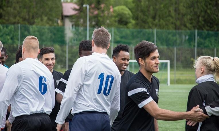 Jalkapallo yhdisti poliisit ja maahanmuuttajanuoret ystävyysottelussa Espoossa kesäkuussa 2015. Kuva: Ville Asikainen