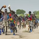 Muden-ikäryhmä marssi Etelä-Sudanissa sijaitsevan Piborin kaupungin keskustan läpi marraskuun lopussa. Ryhmän jäsenet ovat pääsääntöisesti vähän vanhempia miehiä. He olivat matkalla tanssimaan yhdessä, eivät taistelemaan.