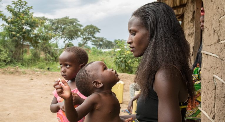 Judith Umurija med sina barn.