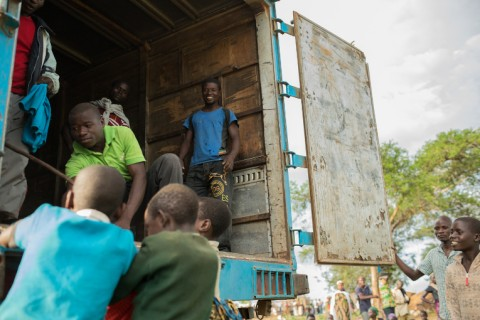 Ruoan jakelua Rwamwanjassa. Rwamwanja on 60 000 kongolaispakolaisen asuttama avoin pakolaisleiri. Vaikka YK hallinnoi sitä, aluetta ei ole aidattu. Tulijat asuvat ugandalaisasutuksen seassa. Ruoan jakaminen aiheuttaa toisinaan kateutta paikallisissa, vaikka kyse on vaatimattomista maissijauho- ja papuannoksista, joita ei riitä aina kaikille.