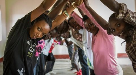Uusi ammattikoulu on kongolaispakolaisten toivo. Nuoret puhkeavat aplodeihin kuullessaan koulun toimintatavoista, kuten harjoittelujaksosta.
