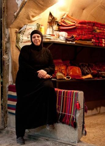 Laila pitää urheasti kauppaansa auki, vaikka turistit Hebronin vanhasta kaupungissa ovat kaikonneet.