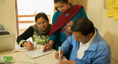 Opettajat Pinkee Panday, Ruma Nanda Ghimire ja Indira Gautam tekevät ryhmätyötä koulun kehittämissuunnitelmaa varten.