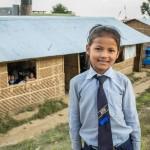 Srijana Tamangin, 9, takana on yksi Kirkon Ulkomaanavun Bal Bikasin peruskoululle rakentamista väliaikaisista luokkarakennuksista.