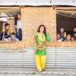 """Opettaja Suddha Pathak: """"Nämä lapset ovat myös minun lapsiani."""" Padmodaya Higher Secondary Schoolin oppilaat käyvät koulua Kirkon Ulkomaanavun bambusta rakentamissa väliaikaisissa luokkahuoneissa."""