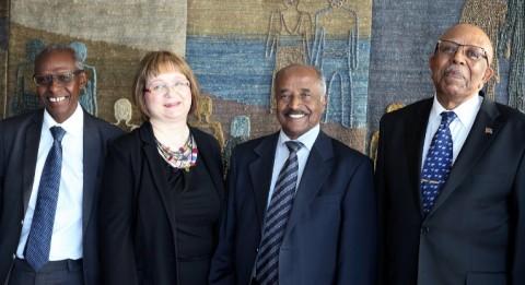 Presidentin neuvonantaja Yemane Ghebreab (vas.), puheenjohtaja Tarja Kantola, Eritrean ulkoministeri Osman Saleh Mohammed ja suurlähettiläs Yonas Manna tapasivat Kirkon Ulkomaanavun toimistolla torstaina 14. huhtikuuta.