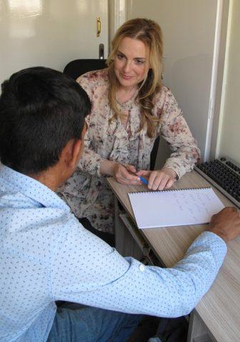 Danny opiskelee kreikan kieltä opettaja Evi Zachanadoun ohjauksessa.