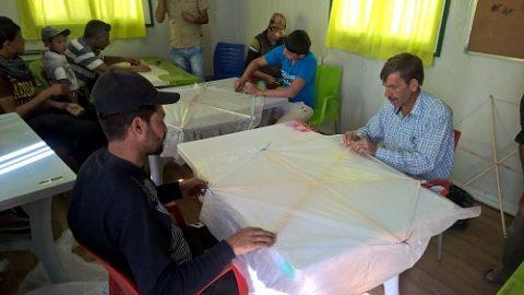 Vapaaehtoiset rakensivat lapsille leijoja Azraqissa.