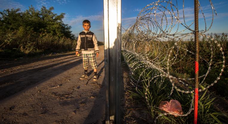 Pakolaispoika Unkarin rajalla syyskuussa 2015.