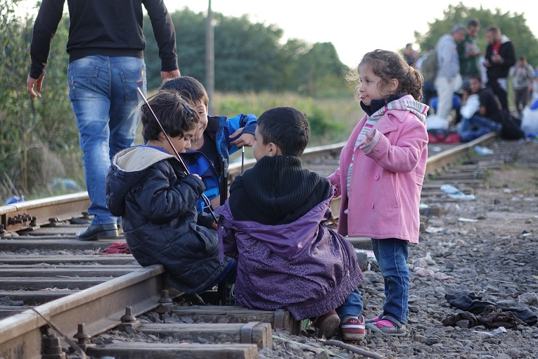 Pakolaislapsia Unkarin rajalla syyskuussa 2015. Kuva: Ville Räty