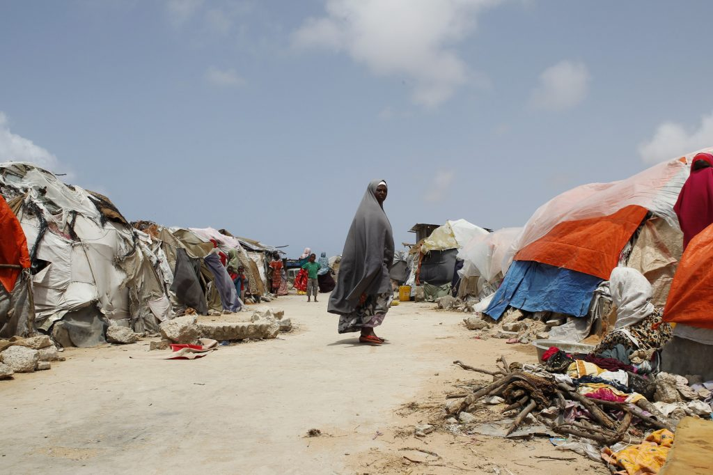 Somaliassa asumukset on peitetty värikkäillä vaatteilla. Kuva: ACT Alliance