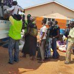 Kirkon Ulkomaanavun työntekijät auttoivat ohjaamaan pakolaisia busseihin Ugandan ja Etelä-Sudanin välisellä rajalla.
