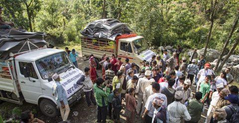 Avustustarvikkeet saapuvat pienten nelivetorekkojen kyydissä Bukhelin kylään Nepalissa vuoden 2015 maanjäristyksen jälkeen. Kuva: Antti Helin
