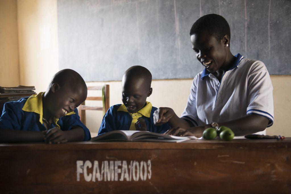 Thesemellä, 7, on nykyään opettaja, joka ymmärtää kuulovammaista oppilastaan.