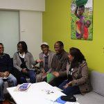 Opettajankouluttajat Amanuel Yosief (toinen vas.), Abraham Belay (neljäs vas.), Ermias Melake (viides vas.), Freweini Gebreab (kuudes vas.) ja Biqan Ghebreuesus (oik.) Eritrean Institute of Technology College of Educationista keskustelivat Hanna Posti-Ahokkaan kanssa koulutuksen kehittämisestä.