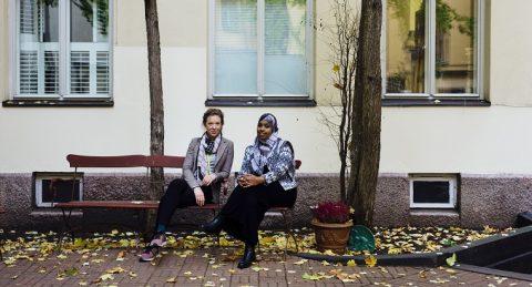 Milla Perukangas ja Habiba Ali vetävät Kirkon Ulkomaanavun Reach Out -hanketta niiden perheiden tukemiseksi, joita väkivaltainen radikalisaatio on koskettanut. Kuva: Anna Tervahartiala.