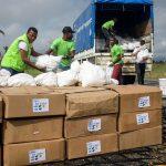 Avustuskuljetusta valmistellaan Les Cayesin lentokentällä.