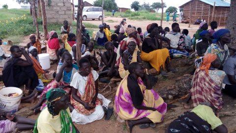Ihmiset odottivat ruoka-avun jakoa lokakuun alussa.
