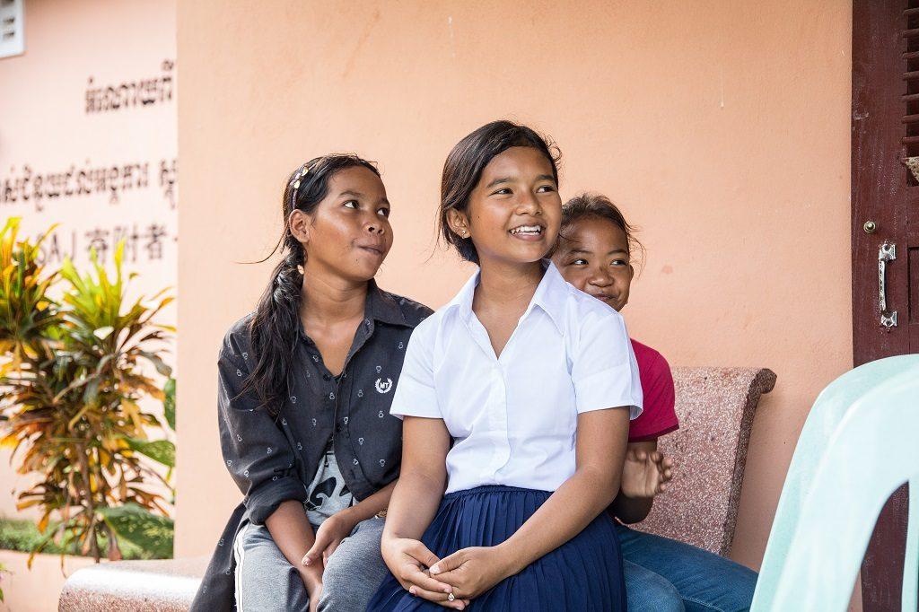 """Maland Thouern, 12, (mellerst) går i sjunde klass i Wattamimi högstadium. """"Mitt favoritämne är khmer. Jag har bekanta, som har varit tvungna att avbryta skolan. Jag är ledsen för dem."""""""