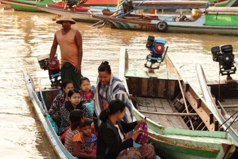 Wah Wahin mies Thaung Soe on tuonut asiakkaat moottoriveneellä joen yli.