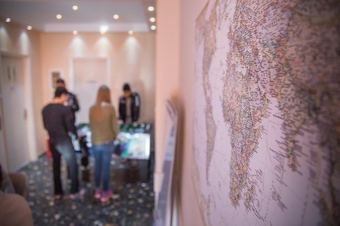 Estian nuorisokeskus Ateenassa antaa yksin saapuneille pakolaisille turvaa rankan ja vaarallisen matkan jälkeen. Estiassa nuorilla on lisäksi mahdollisuus oppia esimerkiksi matematiikkaa, fysiikkaa ja kieliä.