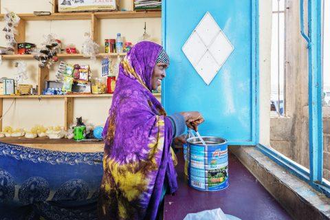 Jemenistä syksyllä 2015 sotaa paennut Fosie Ibrahim Ali pitää Nasiib-nimistä sekatavarakauppaa Hargeisassa. Nimi tarkoittaa onnekasta.