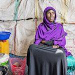 Lul Muhammud pakeni Jemenistä Somalimaahan puolitoista vuotta sitten. Hän saa käyttää ilmaiseksi leikkimökin kokoista keittiötä erään talon pihassa Somalimaan pääkaupungissa Hargeisassa. Hän elättää itsensä myymällä alueen asukkaille illallisia.