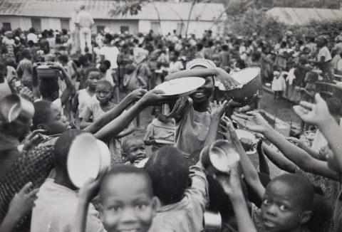Ruuanjakelua Biafrassa, eli nykyisessä Nigeriassa.