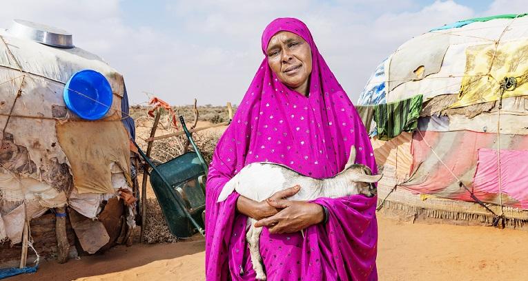 """""""Haluan kiittää suomalaisia kaikesta saamastamme avusta. Toivon, että ette unohda meitä, jos kuivuus täällä jatkuu"""", sanoo Fadumo Mohammed Rooble Adow yururan kylässä Somalimaassa."""