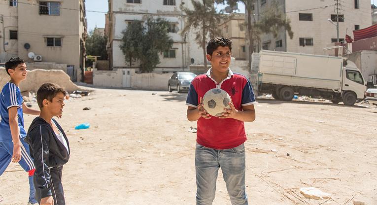 Syyrian Homsista paennut 14-vuotias Mohammed Rajub asuu Jordanian pääkaupunki Ammanissa. Yli 60 prosenttia pakolaisperheistä on riippuvaisia töissä käyvistä lapsista.