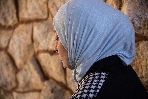 När kriget bröt ut hjälpte Yousra Feisal al-Hammad sina grannar med mediciner från sitt apotek. Apoteket förstördes och hon har förlorat all sin egendom, men hon tänker fortsätta kämpa för sina döttrars skull.