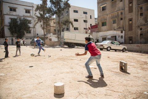 Mohammed Rajub, 14, spelar fotboll med sina kompisar utanför Kyrkans Utlandshjälps utbildningscenter i östra Amman. Efter en elva timmars arbetsdag säger Rajub att han bara orkar stå i mål när de andra springer.
