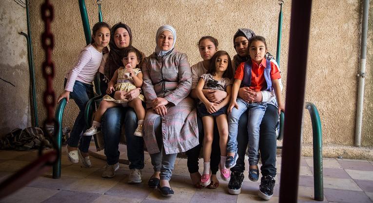 Yousra Feisal al-Hammad (kesk.) tytärtensä ympäröimänä.