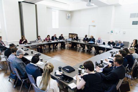 Työministeri Jari Lindström tapasi Washingtonissa Shoulder to Shouder -kampanjan jäseniä ja tutustui tapohin, joilla uskonnolliset yhteisöt ja järjestöt osallistuvat pakolaisten kotouttamista ja työllistymistä edistävään työhön. Shoulder to Shoulder -kampanja perustettiin vuonna 2010 vastustamaan muslimeihin kohdistuvia viharikoksia ja puolustamaan uskonnollisten yhteisöjen välistä dialogia.